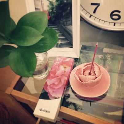 母が由志園に行った時にお土産に買って来てくれた線香&線香立て。