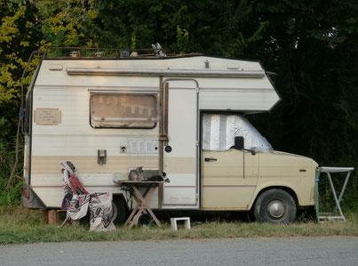 """""""Uralt""""- Wohnmobil mit zwei kleinen Katzen gegenüber von uns"""