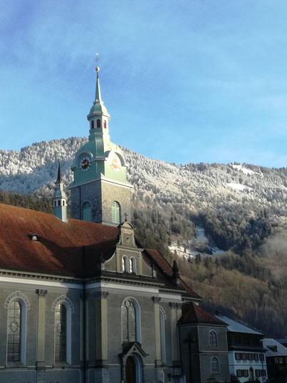 funkelnder Ausblick auf den Kirchenturm Bezau
