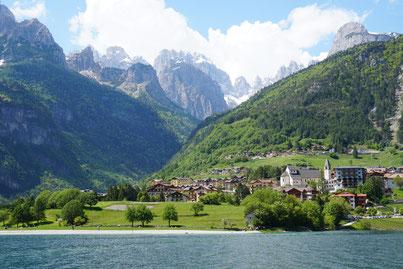 Ort Malfein am Lago di Molveno mit Brenta Gebirge im Hintergrund