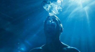 Tom unter Wasser
