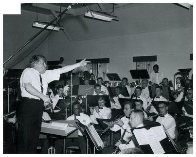 1960年代、米国第5陸軍バンドを指揮するネリベル