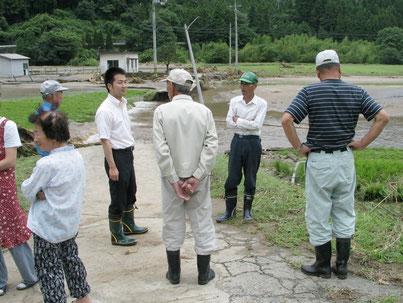2006年豪雨災害で現地調査(佐田町にて)