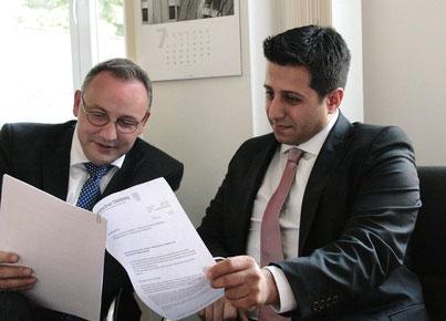 Halil Öztas (Bürgermeisterkandidat) und Stephan Gieseler (Geschäftsführender Direktor des Hessischen Städtetages)