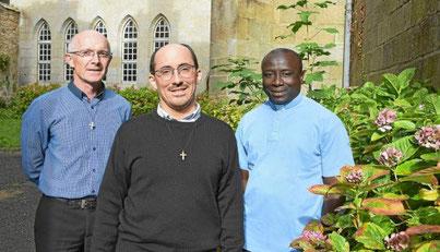 Le nouveau prêtre Corentin Sanson est entouré d'Yves Laurent (le curé, à gauche) et Yves Tano (à droite), déjà présents dans la paroisse depuis plusieurs années.  © Le Télégramme