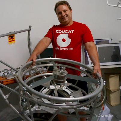 Wiliam Salies présente un élément de son télescope construit par ses soins
