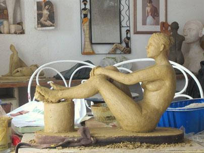sculpture argile femme nue assise.