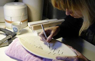 Sylvia Kögler bei der Werkstattarbeit