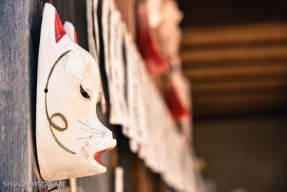 源九郎稲荷神社。きつねのお面は借りてつけることもできます。