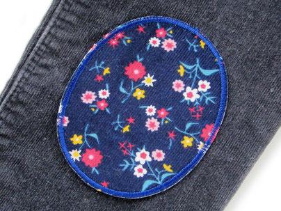 Bild: bunte Flicken zum aufbügeln für Cordhosen, Hosenflicken aus Cord mit Blümchen dunkelblau, Bügelflicken für Mädchen