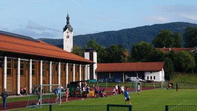 Der Blick von der Fußballhütt'n nach Süden über den Platz