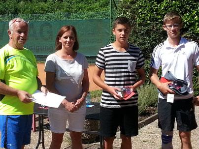v.l.: Turnierleiter Peter Eisenbarth, Breitensportwartin Andrea Holbach, Joel Eich und Maximilan Schmidt