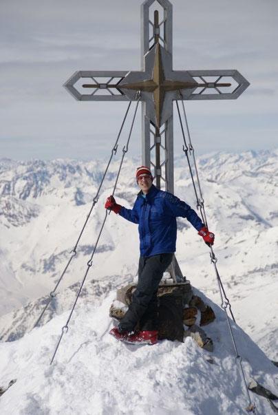 Beim Gipfelkreuz, im Hintergrund die Mallnitzer Schiberge