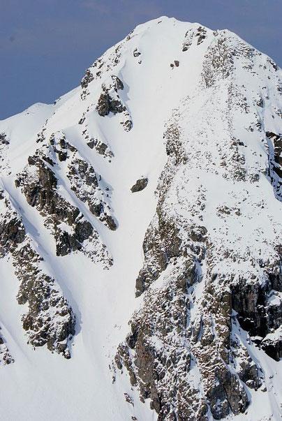 Die Gipfelrinne vom Sensenspitz aus gesehen, aufgenommen am 1.5.2009