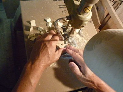 コオロギ笛糸鋸で切り抜き中