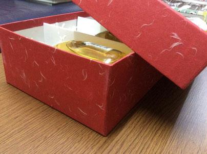 ビビットな朱赤の大礼紙を使用した飲料用のかぶせ式貼箱