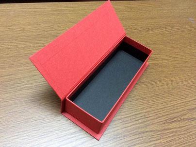 箱の内と外がツートンカラーがアクセントのブック型貼箱