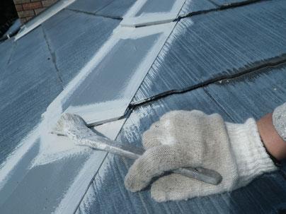 熊本Y様家屋根塗装時撮影。鉄部をエポキシ錆止め塗料を使用し下地処理を行っております。
