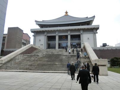 【津村別院は長い階段の上。エレベーターもあります。】