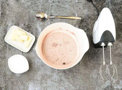 Margarine und Wasser mit der Backmischung verrühren