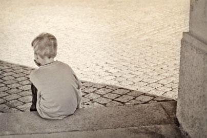 Einsames Kind als Symbol für Inneres Kind