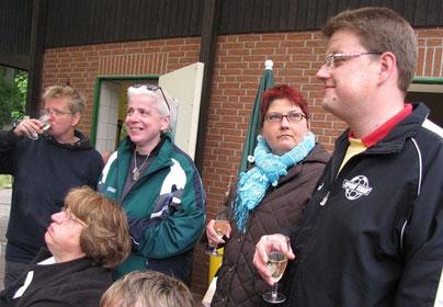von links: Nicole Warnecke, Jenifer Severloh, Susanne Granz und ich behaupte mal ein stolzer Sportwart Christian Somnitz