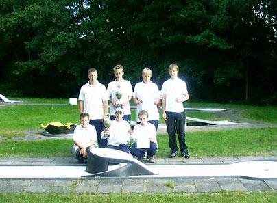 """Die """"Kids"""" des MC """"Möve""""; hinten von links: Björn Müller, Christian Mester, Maik Biedron, Jan Zabel; vorn von links: Marcel Hüsges, Nino Einbeck, Nils Mester"""