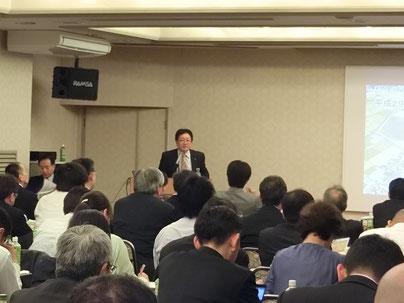 圏央道の開通の意義と期待について講演を行う手島政策調整課長(幸手市)