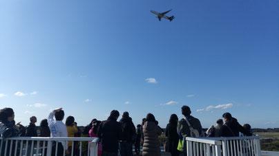 滑走路から飛び立つ飛行機(航空科学博物館)