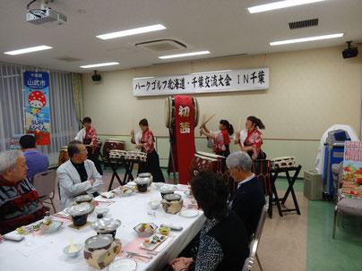 「和太鼓 初茜」の演奏でツアー参加者を歓迎(蓮沼ガーデンハウスマリーノ)