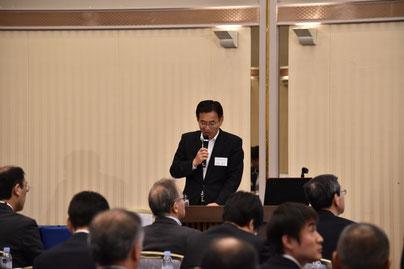 セミナーの主催者挨拶を行う小松部会長(㈱ちばぎん総合研究所)