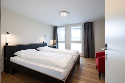 Doppelbett mit kopfseitigem Regal