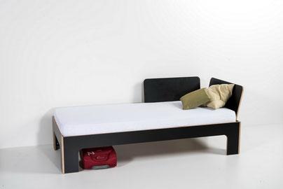 Bett mit Rücklehnen (so auch als Sitzgelegenheit nutzbar)