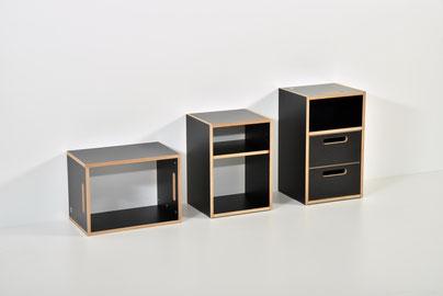 links kleines Regal (liegend oder stehend), mitte Regal mit verstellbarem Tablar, rechts Nachttisch mit Nische und Schubladen
