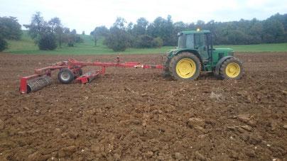 tractor removiendo la tierra en el campo de azafrán