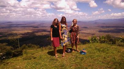 Charlotte (links) mit den Freiwilligen der Nachbarschule in Gonja
