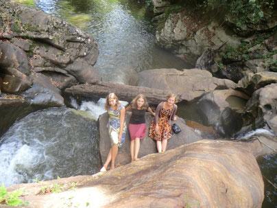 Die TansaniaFreiwilligen Hannah, Jelena und Charlotte im Bericht aus ihrer Zeit an der Schule