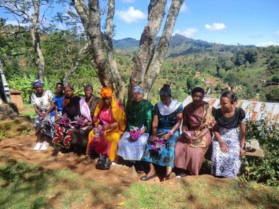 Tansanisches Mamas (Suaheli für Frauen) im Sonntagsgewand