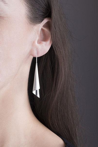 Die langen Ohrhänger mit Stecker CALLA sind von der eleganten Blüte Calla inspiriert.   Seine lange, schmale Silhouette besitzt eine gradlinige und zarte Eleganz voller Ästhetik.