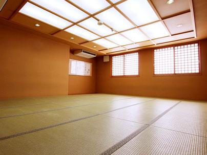 間仕切りを閉めれば2つの小さなお部屋として。開放すれば、大きなお部屋としてご利用頂けます。