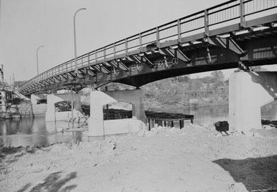 Blick auf die fertiggestellte Benton-Street-Brücke, von Südosten. Die Montage und die Baustellenschweißungen wurden am Montag, den 16. Mai 1949, fertiggestellt.