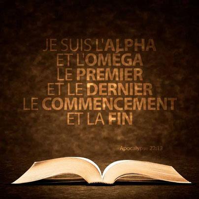 Je suis l'Alpha et l'Oméga, le premier et le dernier, le commencement et la fin. Ces expressions sont retrouvées à plusieurs reprises dans la Bible, en particulier dans le livre de l'Apocalypse, et désignent soit Jéhovah Dieu soit Jésus selon le contexte.