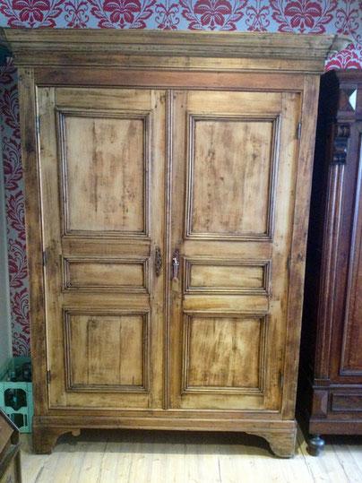 auf dem Bild sieht man einen grossen, gebrauchten Kleiderschrank aus Holz von Nouvelle-Antique aus Aachen