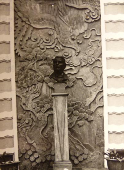 BUSTE DE TARDIEU (PAR GEORGES KHANH) DEVANT LES BAS-RELIEFS DE L'ATELIER DE NAM SON. C* NGÔ KIM-KHÔI