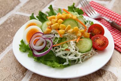 木製のカッティングボードに並んだ3つのお皿。それぞれアソートクッキーが盛りつけられている。