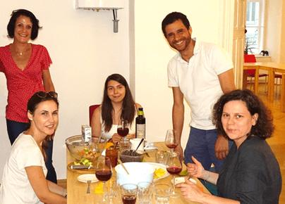 Gruppe feiert den Abschluss des Spanischkurses