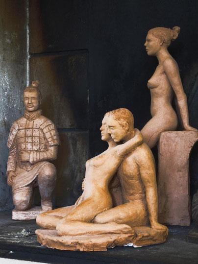 guerrier chinois couple enlacé femme nu assis sculptures argile nouveausculpteur