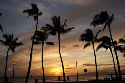 ハワイ オアフ島 クヒオビーチのサンセット ハワイの夕焼け