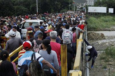 Der er omkring 3 millioner flygtninge fra Venezuela . Her ved grænsen til Colombia