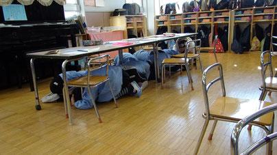 市内幼稚園におけるシェイクアウト安全行動訓練風景